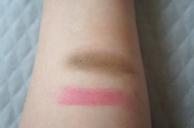 Is that a hint of green I see before me? Top and middle: Champagne-peach shade from Chanel eyeshadow duo in Sable-Emouvant (barely visible); brown shade from Sable-Emouvant (is it a little bit green???), and a quick swipe of Chanel RAV in La Romanesque.